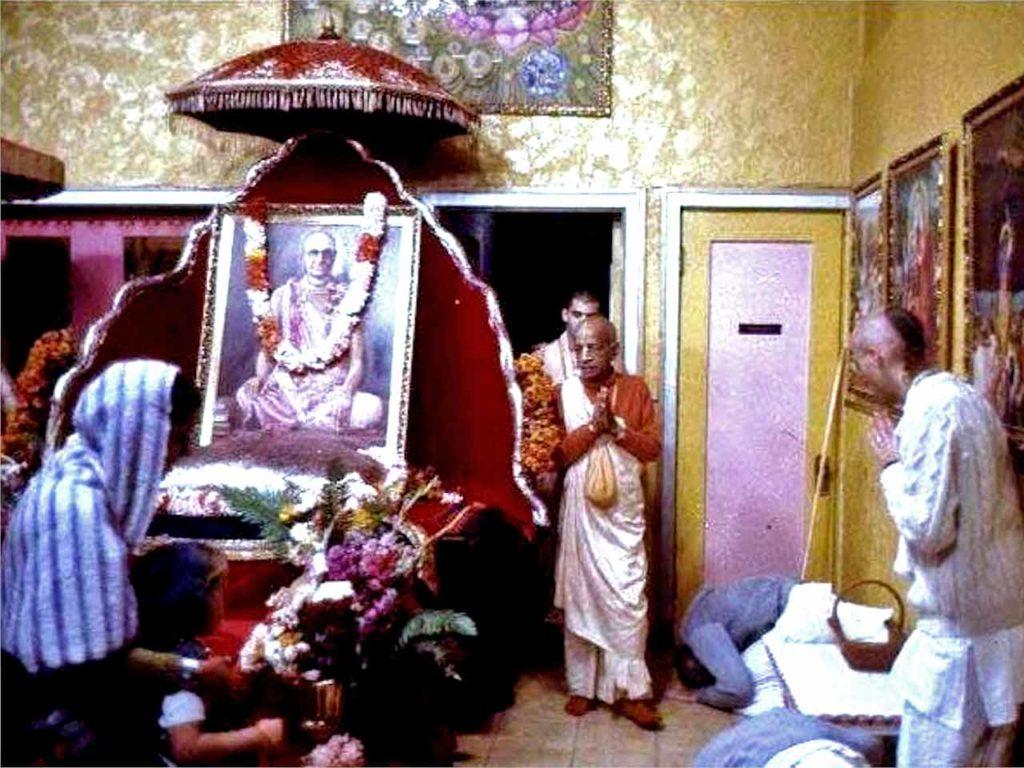 Шрила Прабхупада входит в храмовую комнату из своих покоев для предложения арати Шриле Бхактисиддханте